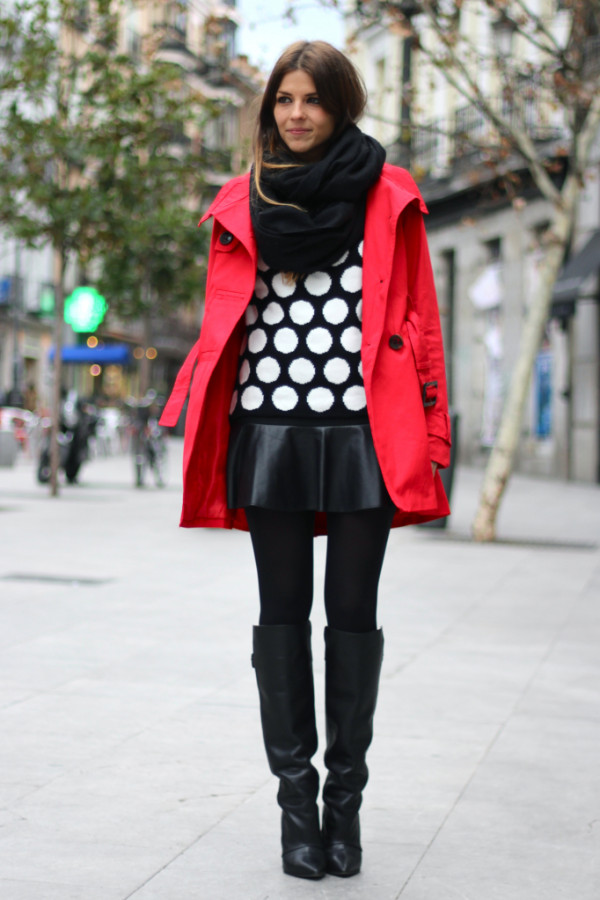 street_style-look-outfit-leather_skirt-high_boots-polka_dot-sweater-black_and_white-trench-red-lunares-falda_cuero-botas-gabardina-trendy_ta_zps2a386e22-e1369696769613