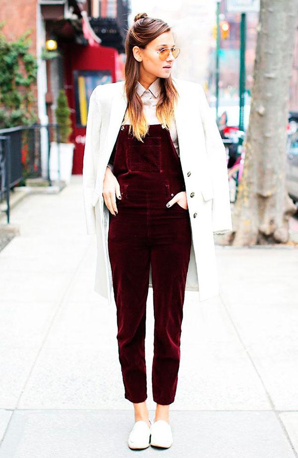 street-style-look-veludo-macaco-jardineira-vinho-burgundy-sapato-branco-sobretudo-branco-oxford-camisa-gola
