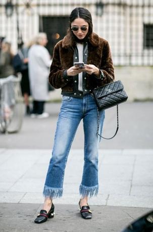 cropped-jeans-com-barra-desfiada-e-casaco-de-pele