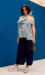 street-style-look-blusa-colorida-calca-culotte-sandalia-metalizada-prata-flatform