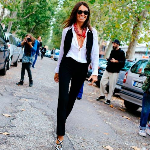 street-style-calca-preta-camisa-branca-colete-por-cima-milan-fashion-week
