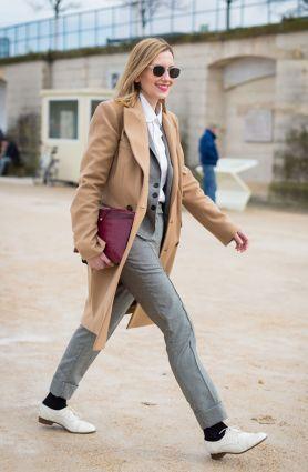 street-style-look-sobretudo-bege-calca-alfaiataria-cinza-sapato-branco-meia-preta-clutch-burgundy-camisa-branca