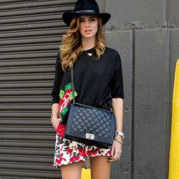 look-street-style-chapeu-preto-bolsa-chanel-vestido-floral