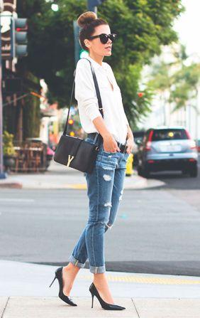 street-style-look-camisa-branca-calca-jeans-destroyed-scarpin-preto-bun-coque