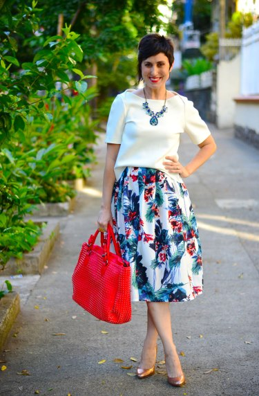saia-midi-floral-bolsa-vermelha