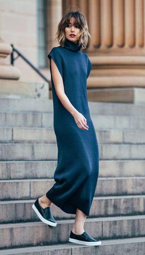 street-style-look-vestido-azul-tenis