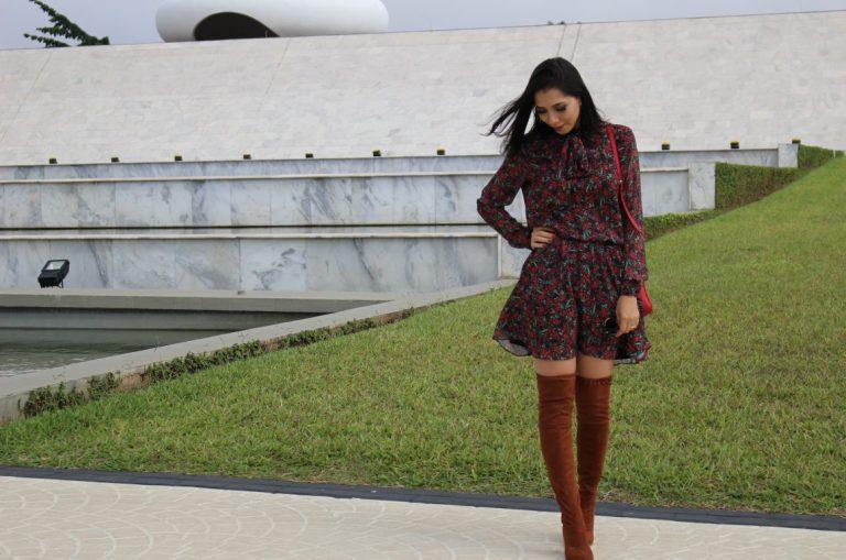 look-vestido-floral-com-botas-tendências