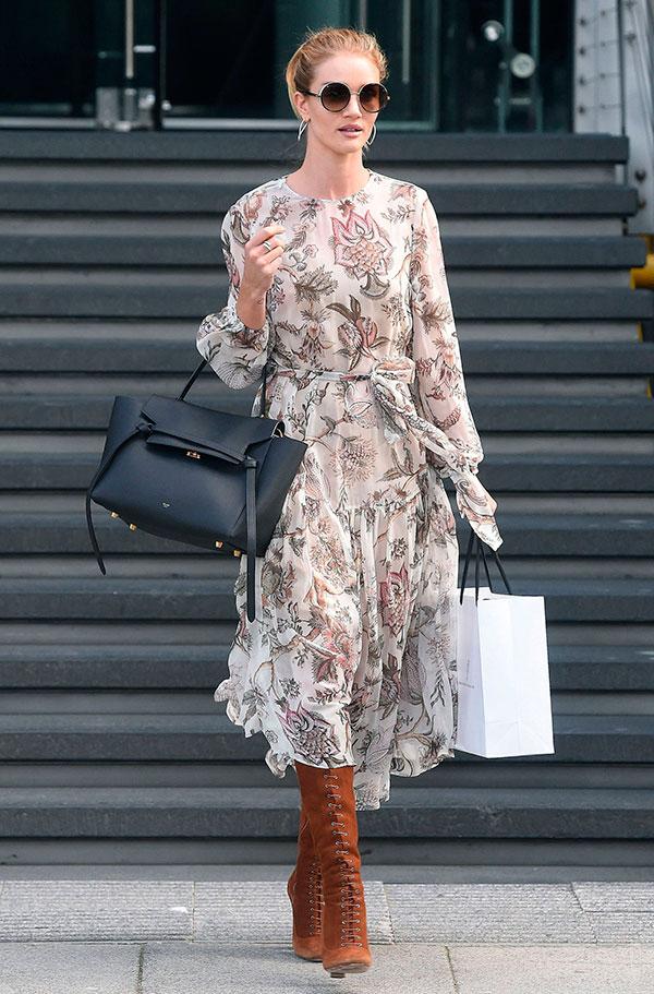 rosie-huntington-whiteley-vestido-longo-floral-fluido-bota-marrom-bolsa-preta-look-street-style