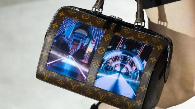 bolsa-com-tela-louis-vuitton-cruise-2020-1557501311732_v2_900x506