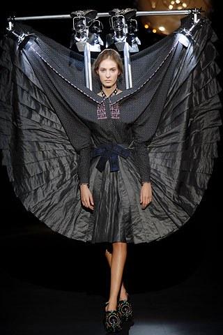 wtf-weird-fashion-design-viktor-&-rolf (3)